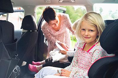 Children sitting in car - p4265846f by Maskot