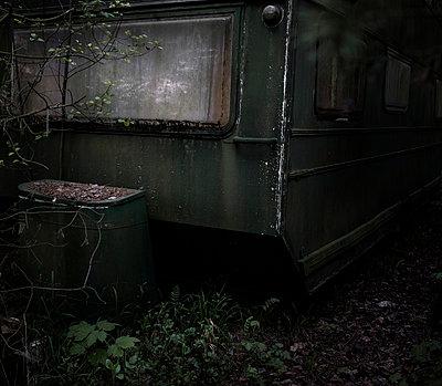 Verlassener Wohnwagen - p966m822038 von Tobias Leipnitz