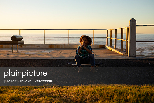 Boy enjoying a day out by the sea - p1315m2162376 by Wavebreak