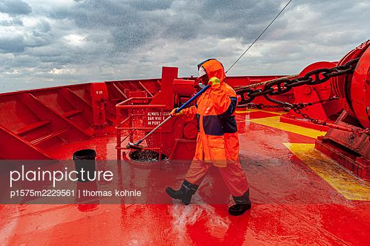Workman on deck - p1575m2229561 by thomas kohnle