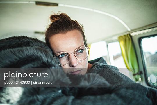 Woman lying on a blanket in a van - p300m2140930 by sinanmuslu