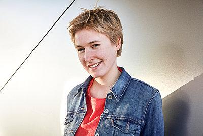 Junge Frau in Jeansjacke, Portrait - p1146m2231318 von Stephanie Uhlenbrock