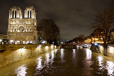 France, Paris, Notre Dame Kathedrale at night - p1189m2175207 by Adnan Arnaout
