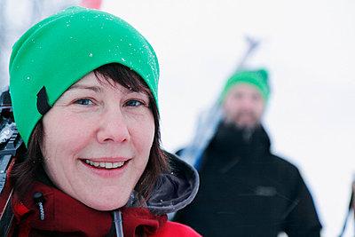 Portrait of smiling woman at ski holidays - p312m798795 by Håkan Hjort