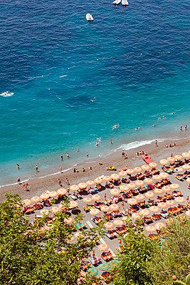 Blick auf den Strand in Positano - p432m1149544 von mia takahara