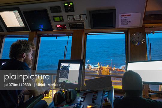 Kapitäne beim Manövrieren - p1079m1123391 von Ulrich Mertens