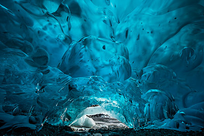 Tranquil view of Mendenhall Glacier cave - p1166m1509520 by Cavan Images