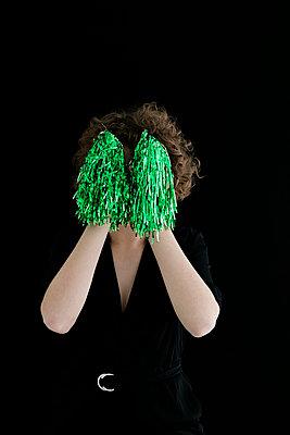 Junge Frau mit grünen Cheerleaderpompons - p1212m1120240 von harry + lidy