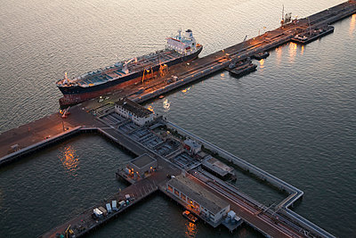 Aerial view of freighter at port - p555m1301662 by Tom Paiva Photography