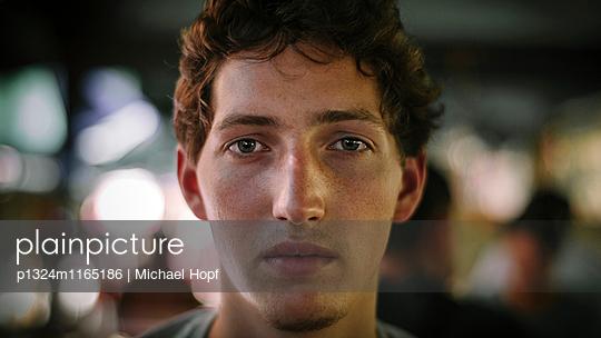 Porträt eines jungen Mannes mit braunen Haaren - p1324m1165186 von michaelhopf