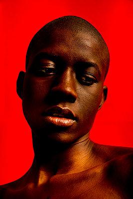 Junge Frau mit rasiertem Kopf - p1619m2192692 von Laurent MOULAGER