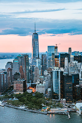Aerial of lower Manhattan skyline at sunset, New York, USA - p651m2007293 by Matteo Colombo photography