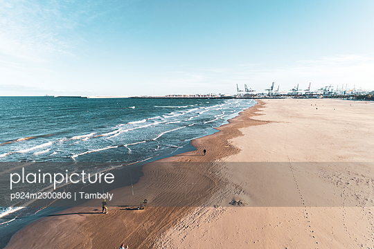 Spain, Valencia, Aerial view of beach and sea with port cranes in distance - p924m2300806 by Tamboly