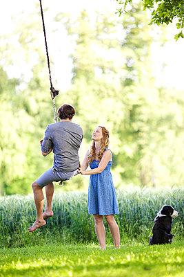 Verliebtes Paar mit Hund - p606m933921 von Iris Friedrich