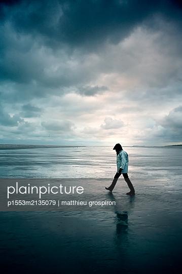 Strandspaziergang im Regen - p1553m2135079 von matthieu grospiron