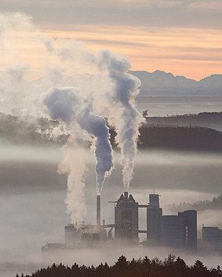 Idyllische Zementfabrik - p1085m854184 von David Carreno Hansen