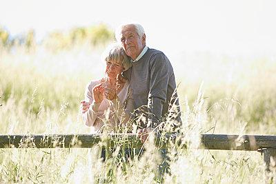 Seniorenpaar in der Wiese - p1146m1475125 von Stephanie Uhlenbrock