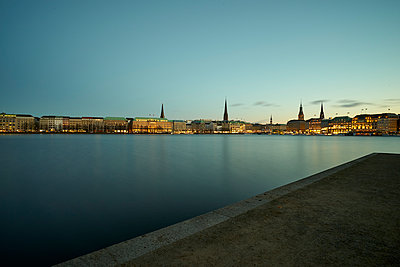 Blick über die Alster auf die Skyline von Hamburg - p1696m2296608 von Alexander Schönberg