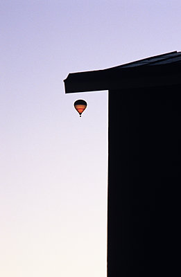 Flying Hot Air Balloon, Stockholm, Sweden  - p847m1443834 by Mikael Andersson