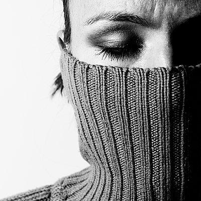 Geischt einer Frau mit Rollkragenpullover - p979m1118743 von Zickert