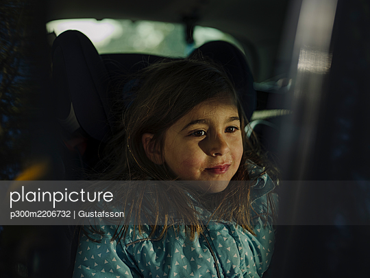 Close-up of thoughtful girl looking away while sitting in car - p300m2206732 by Gustafsson