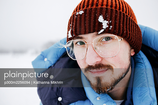 Young man with snow on knit hat during vacations - p300m2256094 by Katharina Mikhrin