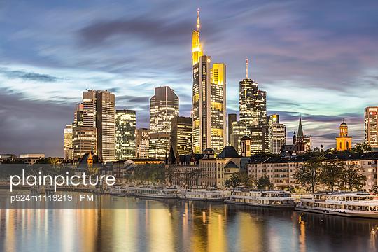 Frankfurt am Main bei Nacht - p524m1119219 von PM