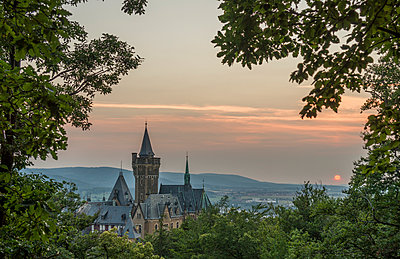 Germany, Wernigerode, view to Wernigerode Castle in the evening - p300m1196903 by Patrice von Collani