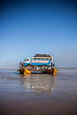 Fähre auf dem Fluss Mania - p741m2077013 von Christof Mattes