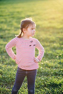 Kleines Mädchen auf einer Wiese - p946m957554 von Maren Becker