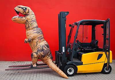 Dino auf Gabelstapler - p045m2013604 von Jasmin Sander