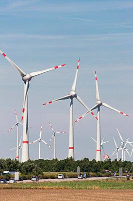 Windpark an der Autobahn - p1079m1042129 von Ulrich Mertens