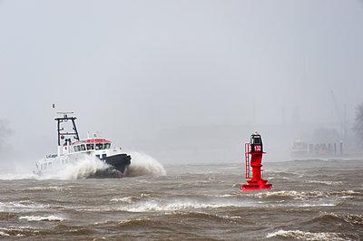 Lotsenboot im Sturm - p1079m1182241 von Ulrich Mertens