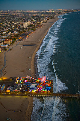 Aerial view of Santa Monica Pier in Los Angeles cityscape, California, United States - p555m1305494 by Chris Sattlberger