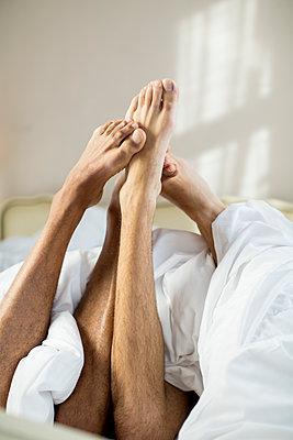Schwules Paar im Bett - p787m2115249 von Forster-Martin