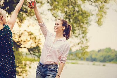 Feiern am Fluss - p904m932336 von Stefanie Päffgen