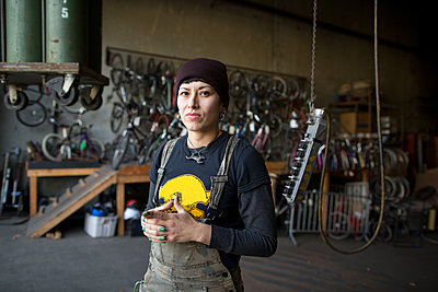 Portrait of female metalsmith in workshop - p924m1224765 by Paige Green Photography
