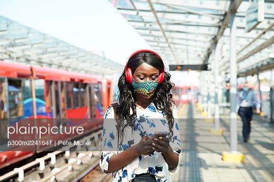 businesswoman in london, uk - p300m2241641 von Pete Muller