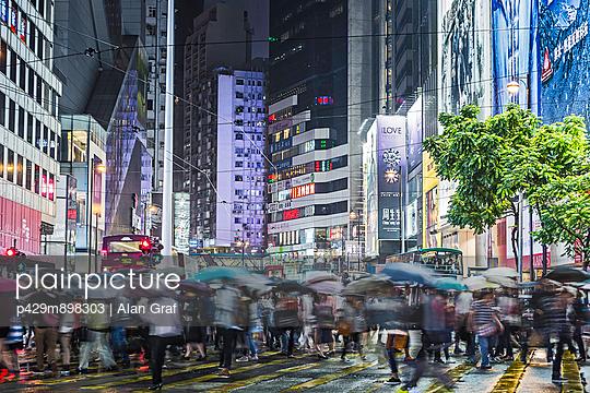 Crowded pedestrian crossing at night - p429m898303 by Alan Graf