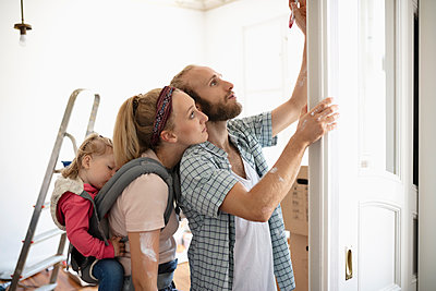 Affectionate young family painting - p1192m2016761 by Hero Images