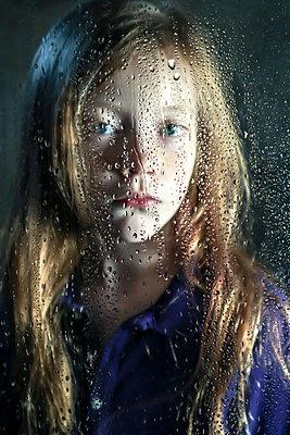 Porträt eines kleinen Mädchens hinter einer Glasscheibe - p1019m2134683 von Stephen Carroll