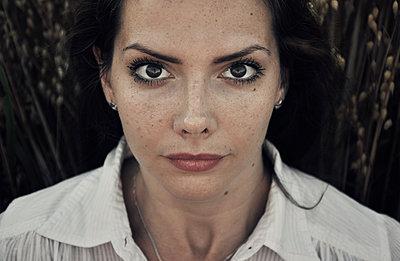 Beautiful young woman outdoor portrait - p577m1159834 by Mihaela Ninic