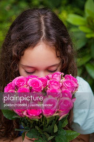 An gut duftenden Rosen riechen - p045m2108869 von Jasmin Sander