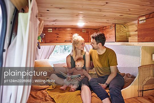 Familie im Wohnwagen - p1124m2228993 von Willing-Holtz