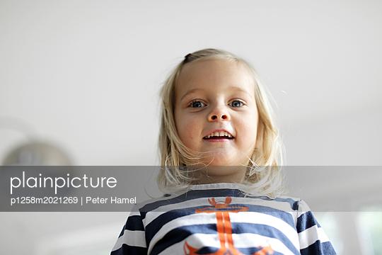 Kleines Mädchen im Streifenshirt - p1258m2021269 von Peter Hamel