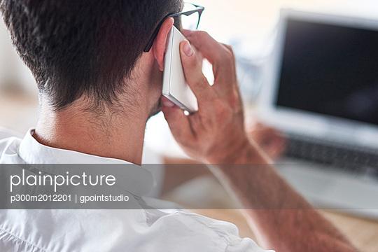 Back view of businessman on the phone - p300m2012201 von gpointstudio
