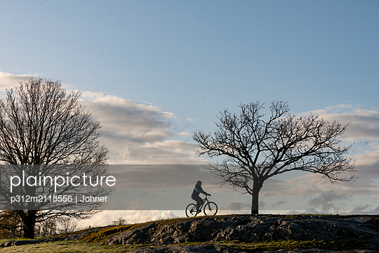 Silhouette of cyclist - p312m2118556 by Johner