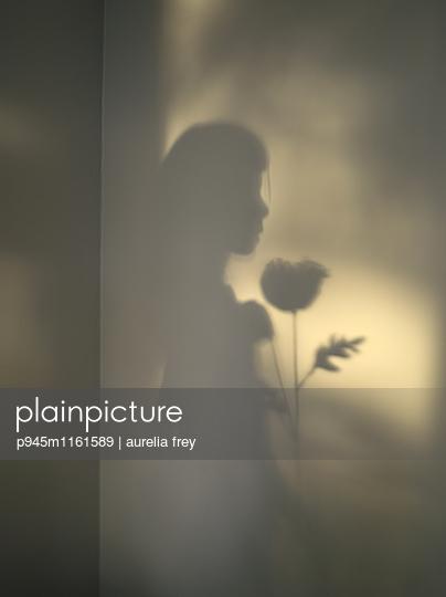 Schatten eines Mädchens mit einer Blume - p945m1161589 von aurelia frey
