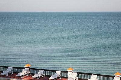 Terrasse am Meer - p1038m855975 von BlueHouseProject