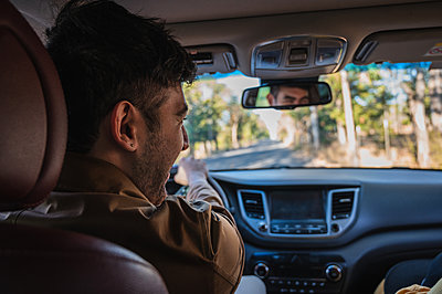 Handsome girl and man travelling together on a road trip while driving - p1166m2234941 by Cavan Images